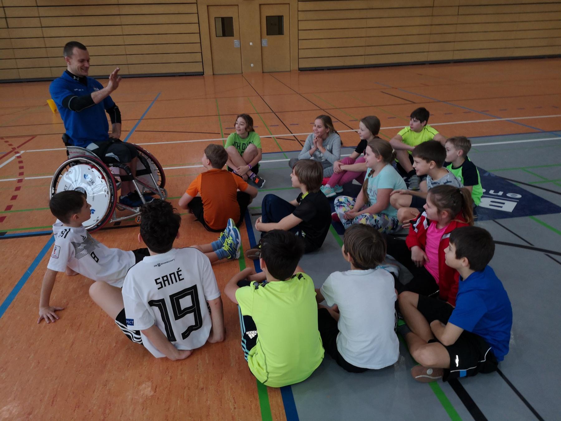 """""""Wie fühlt man sich im Rollstuhl?"""" – eine Sportstunde ganz anderer Art"""