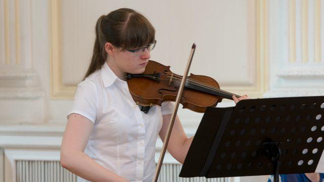 """Wir gratulieren zum Mittelstufenabschluss an der Kreismusikschule """"Louis Spohr""""! Anna-Patricia   –   wir sind stolz auf dich!"""